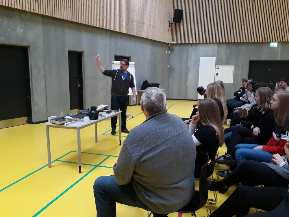 Her er jeg på besøg på Sophieskolen i Nykøbing Falster, hvor jeg fortæller om hvad det vil sige at være forfatter.