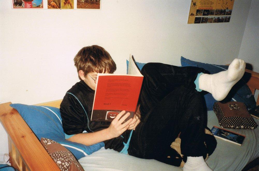 A.Silvestri, ca. 1990. Bogen jeg læser i handler om at programmere sine egne spil, og den anden bog ... tjah, kig længere nede.