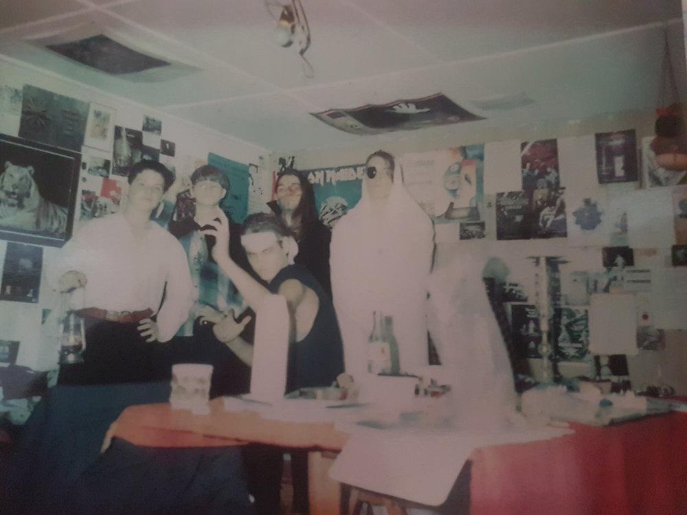Rollespil, ca. 1993. I mit gamle værelse på Lolland spillede vi mindst en gang om ugen. Det er mig i midten med kappe. Dengang fortalte jeg også historier, bare ikke på skrift, og jeg fortærede bøger som en besat. Læg mærke til kaffekoppen. Hvorfor? Det får du svar på længere nede!