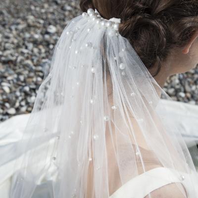 Buch-Couture-Eksklusivt-håndlavet-slør-boederet-med-perler-på-Moesgard-strand-1087.jpg