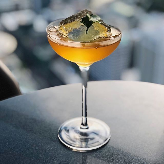 Cheers to wherever you are in the world.🍸We're in Singapore at the @swissotelthestamford enjoying a cocktail up in Skai bar on the 80th floor. A top place to check out the skyline views of the orchid city.🙌 Pic: @worldofleedham . . . . . #singaporesling #accorhotels_apac #jaansg #feelwelcome #swissotelthestamford #sofitelsingaporesentosa #qantas #qantasairways #qantastravelinsider #PassionMadePossible #VisitSingapore #karryontravel #Singapore #cocktail #cocktails #cocktailbar #skaibar #cocktailsofinstagram #cocktailporn #travel #travelblogger #karryontravel #happyhour #bar #coolbar #barrougesingapore