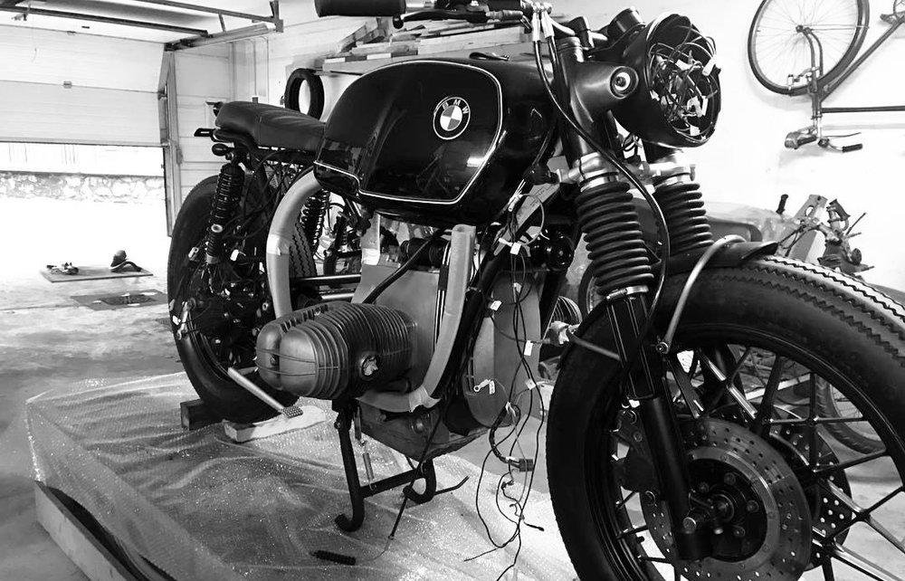 BMW R100 BratStyle (en proceso)   A esta preciosa máquina le falta poco para echar a rodar. Iñigo la está transformando con todo el cariño y tiempo que merece. Se acaban de montar el chasis recién pintado, las piezas restauradas y el nuevo sistema eléctrico.