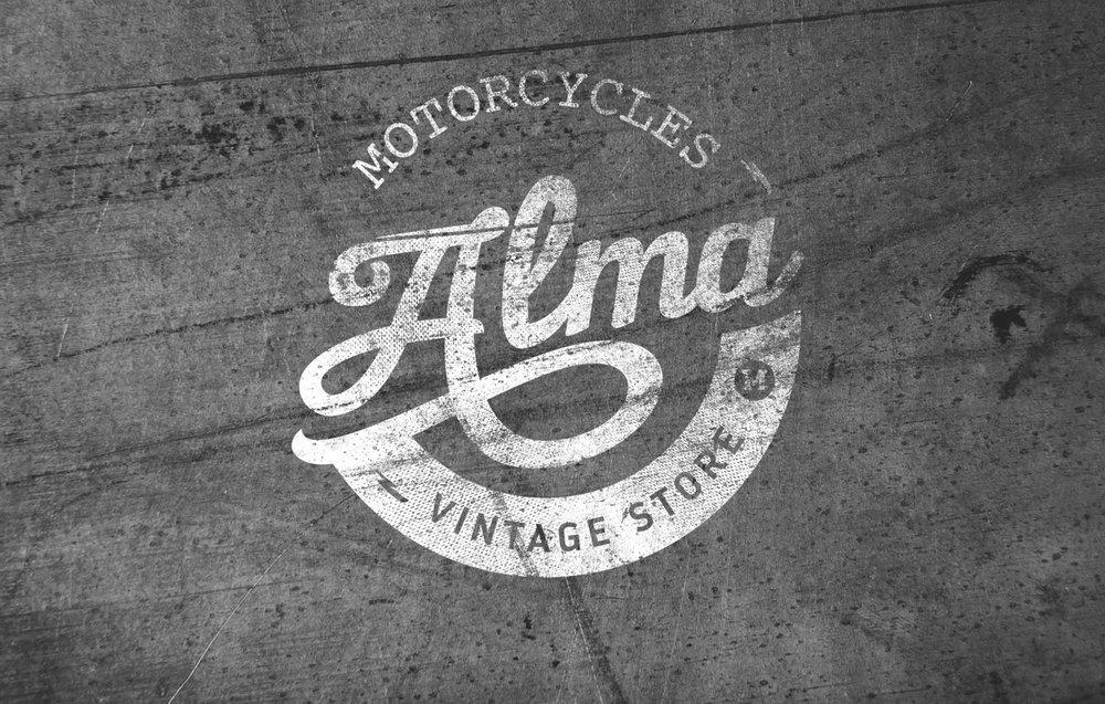 ALMA MOTORCYCLES   Hazte socio y disfruta de descuentos en Alma Motorcycles, la tienda para los que buscan la esencia de la moto. Porque Alma es olor a taller y a gasolina, el viento en la cara, vibrar cuando ruge el motor al girar el acelerador, sentirte libre sobre tu moto…