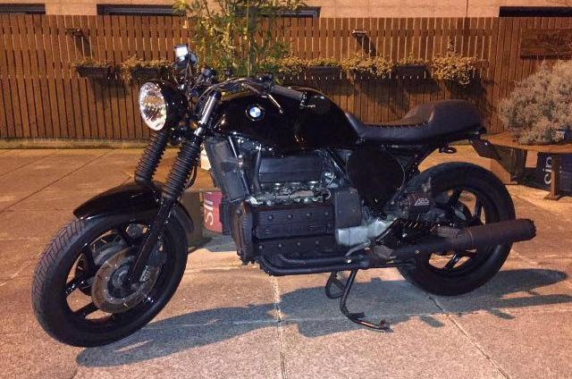 """BMW K100 Cafe Racer   La """"dama de negro"""" con la que baila Antxon lleva tiempo pisando fuerte. Una moto que atrae por su estabilidad y fácil manejo. Retoques precisos y detalles sencillos en esta preciosa burra."""
