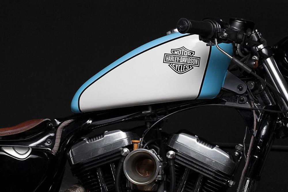 HARLEY DAVISON SPORSTER 883   De la mano de Alfonso Yanci, esta maravilla de transformación en base Harley. Pintada en casa y con infinidad de detalles hechos a mano que te dejarán ojiplático.
