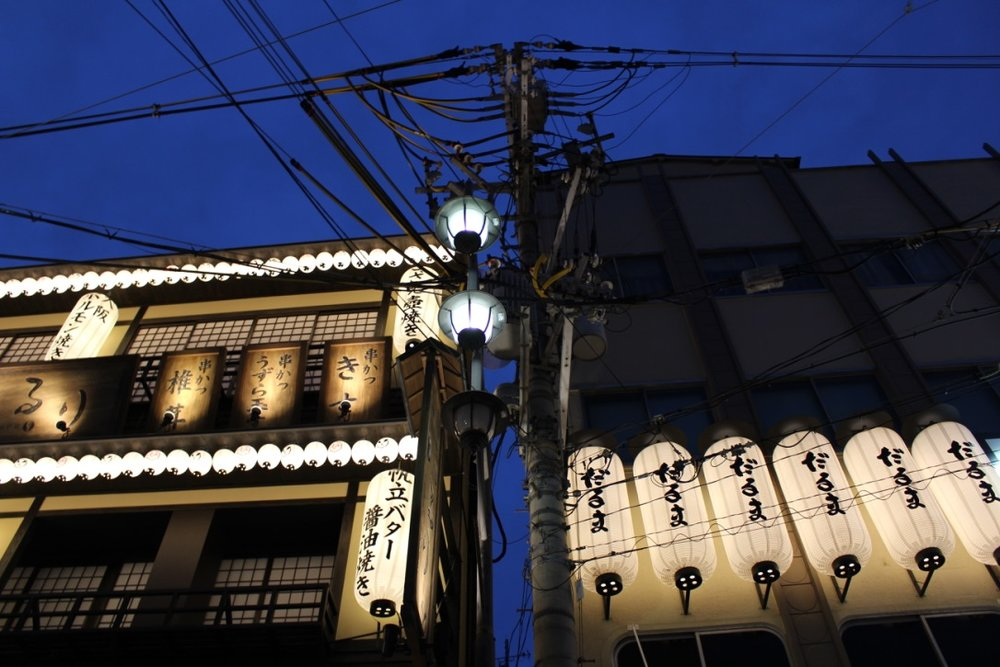 Head to Shinsekai in Osaka for a nostalgic atmosphere of past decades and great food 🥡🏮