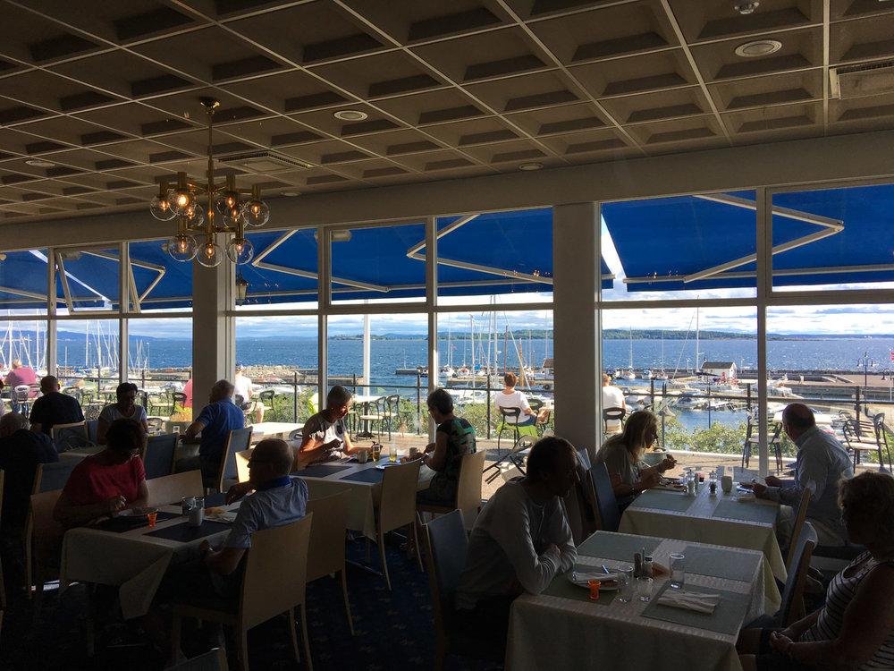 Her kan måltidet nytes med panoramautsikt over Oslofjorden, akkompagnert av blafrende seil og lyden fra motorbåter.