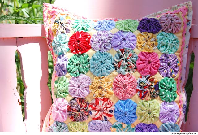 Scrappy Yo-Yo Pillow Cover via cottagemagpie.com