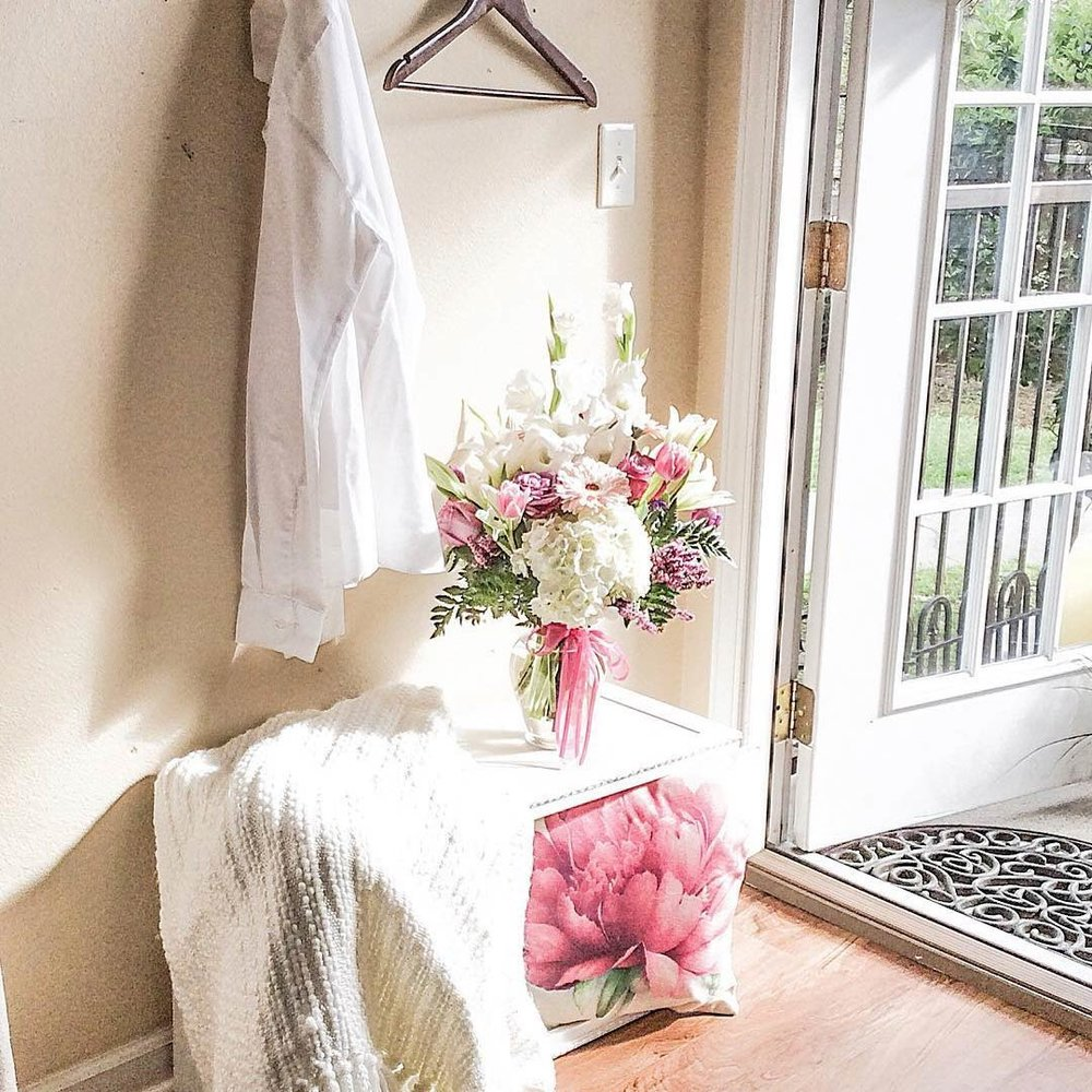 @califgirl42 - When I saw Janine's entry nook this week, I felt like I had just been transported to an English cottage. Instant calm.More from Janine:Instagram