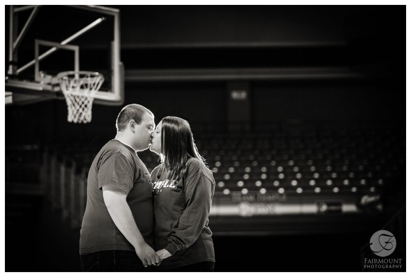 Temple basketball fans kiss in engagement photo at Liacouris Center