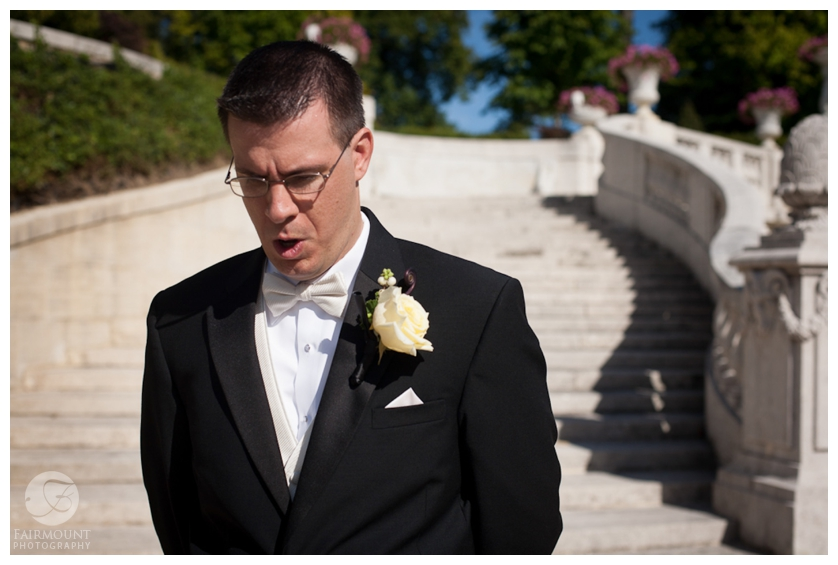 groom waits for first look