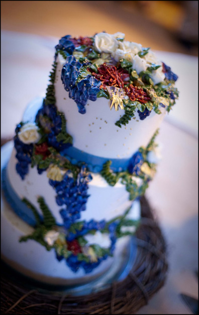 Delicious cake with blue details for an October wedding