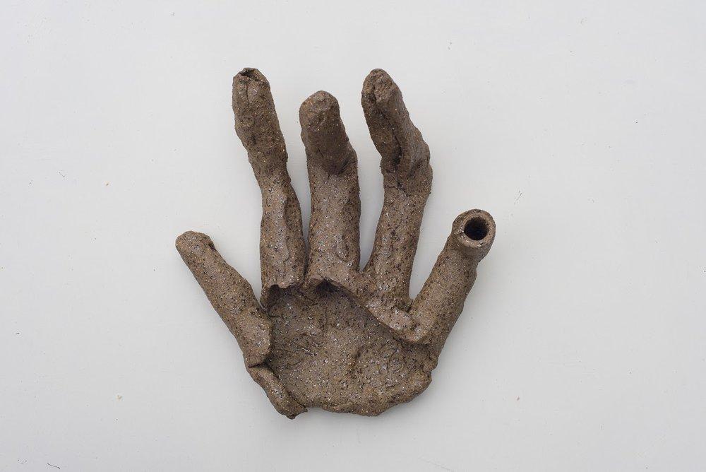 Hand  (2018) stoneware 24 x 22 x 10 cm