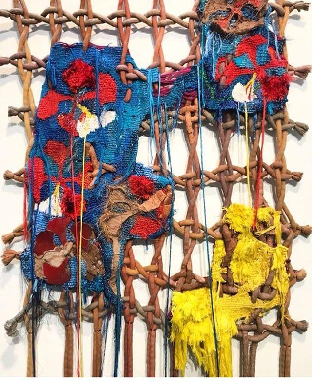 | TÊXTIL CRIATIVO |  Essa é uma das maravilhas de Sadhvi, a mais nova artista têxtil que atualmente vive em Londres. @sadhvijawa narra histórias de pessoas e seus lugares vividos através de seu trabalho tecendo momentos, histórias e nuances num entrelaçamento contínuo de cores, materiais e técnicas.  Fazer perguntas importantes sobre o mundo de hoje e de amanhã estimula a produção de suas obras de arte e isso está no cerne de seu trabalho . O profundo envolvimento com o processo, torna as sua peças de arte robustas e dinâmicas.  Sadhvi é indiana e terminou recentemente seu Masters in Textiles no Royal College of Art, em Londres. #texteisetais #cultura #textilcriativo #tecido #moda #design