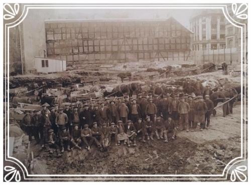 illustrasjon byggeplass for 100 år siden.JPG