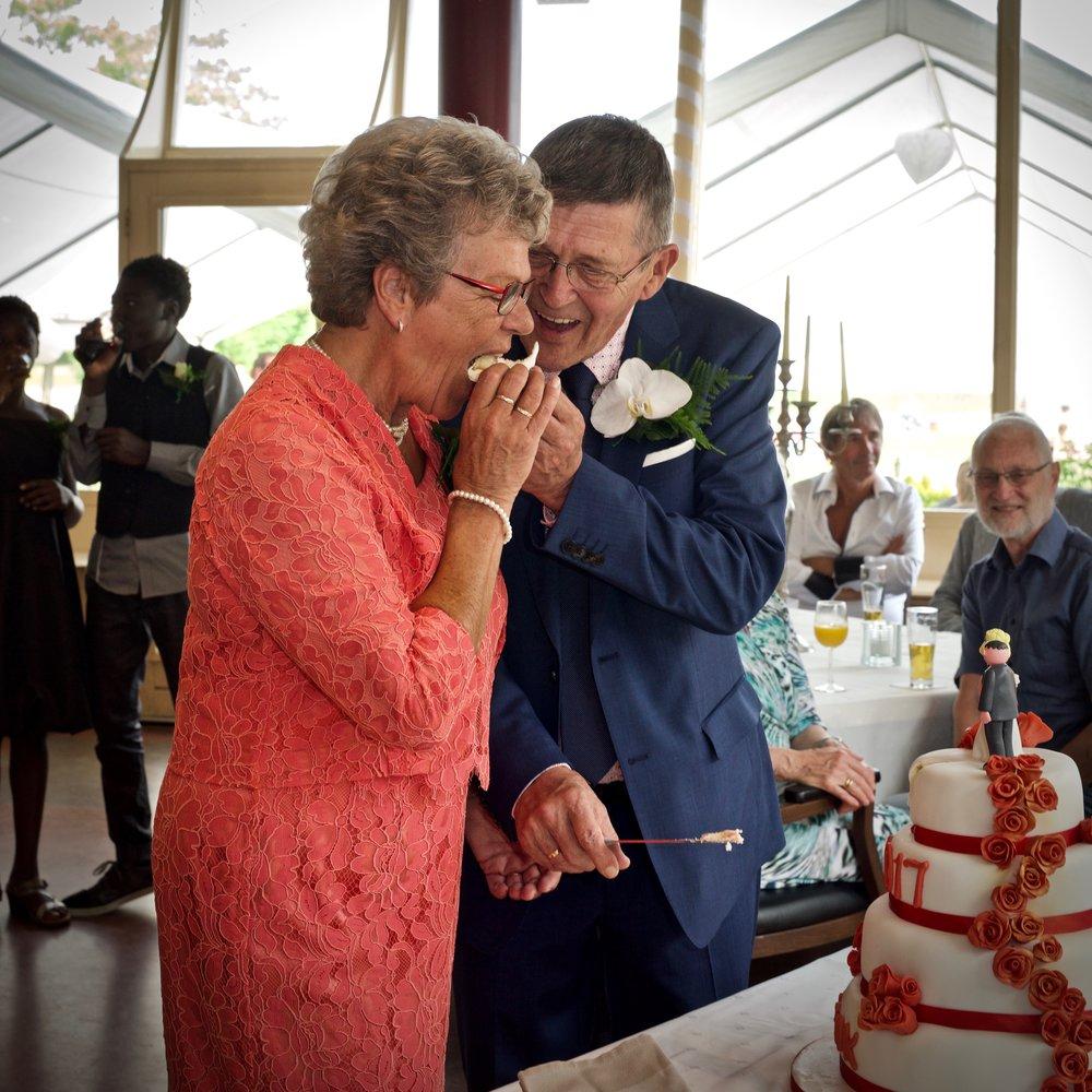 Bruidstaart aansnijden - Bruidsfotografie x STiP Fotografie