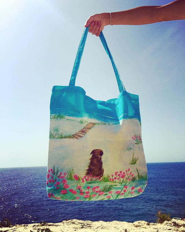 Looking for a cute gift? 🎁🤗 Come and check out our Sea Pinks Tote Bag 🌊🐶 #totebag #cute #mediteraneansea #dog #poppies #gifts #houseofgozo #giftshop #art #gallery #gozo #malta