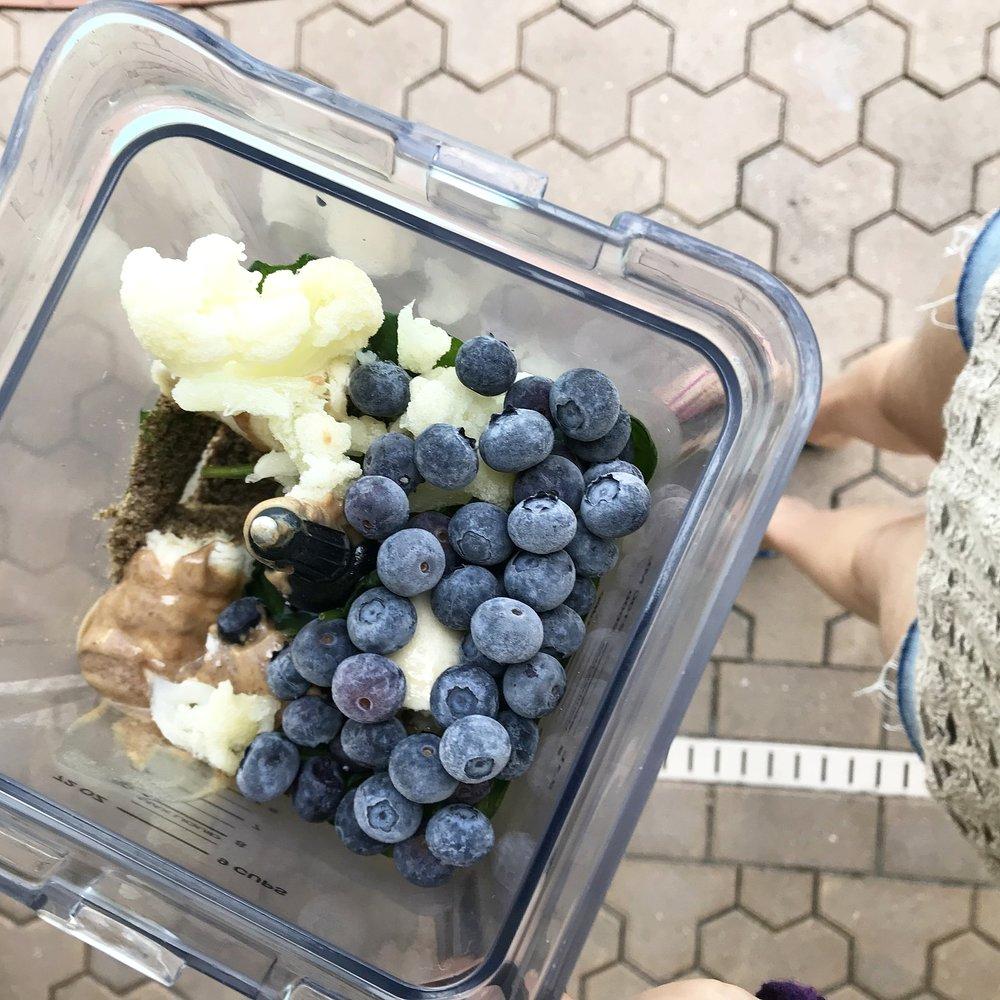 CAULIFLOWER + BLUEBERRIES + ALMOND BUTTER + SPIRULINA SMOOTHIE.