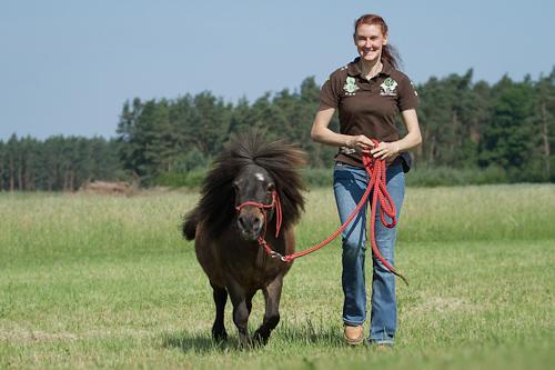 Anja Moench. Inventor und Geschäftsführer von Smooth Ride by ROLAS Silikon Inlay und funktionelle Unterwäsche, um Wundreiten zu verhindern. Ein aktiver Reiter und Spezialist Pferd Trainer, der Fahrer zu einem intimeren Verständnis und Interaktion mit ihren Pferden Trainer.