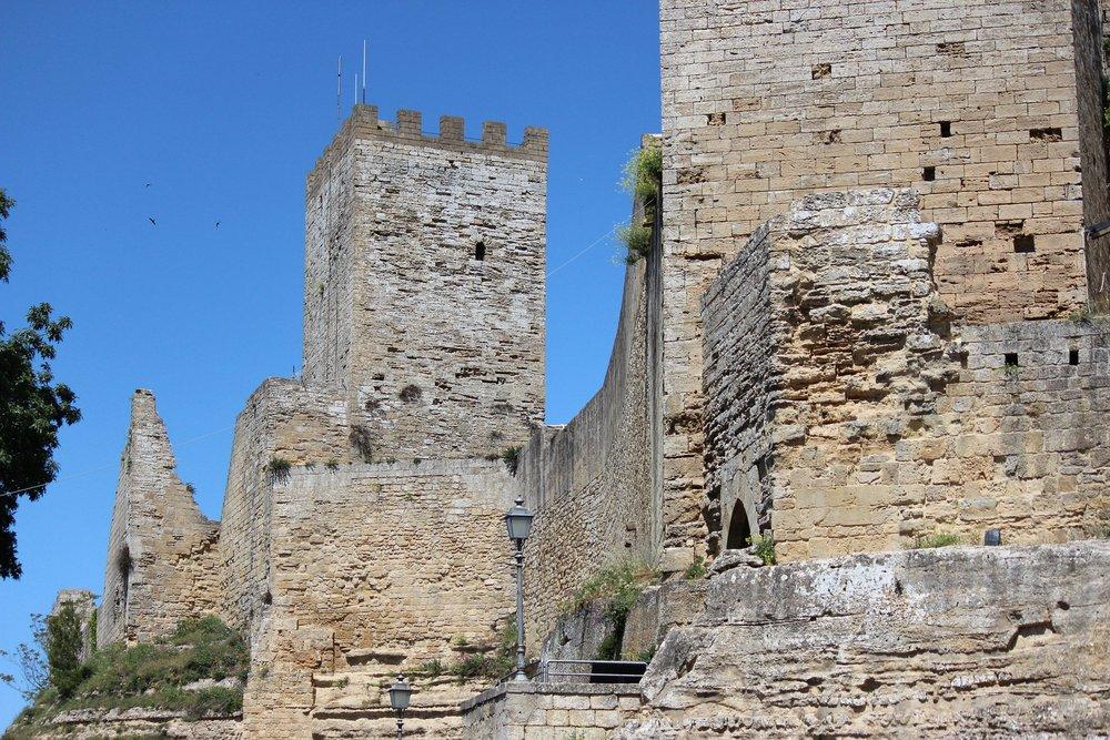 castle-1048008_1920.jpg