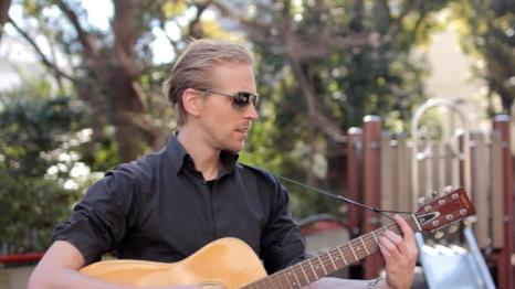 Ruben VM(オランダ)   オランダ出身のシンガーソングライター。ニュージーランド在住経験有り。「音楽とお笑いで世界を繋ぐ」とい  う  夢を追い求め、  E&J-Pop  とい  う  新音楽ジャンルを開拓する、当ジャンルの先駆者(自称)。  2012  年より日本に移住。
