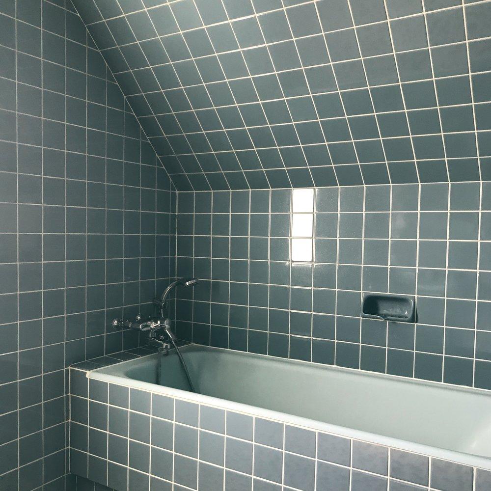 bathroom-bathtube-bluebathroom-tiles-bluetiles-50s