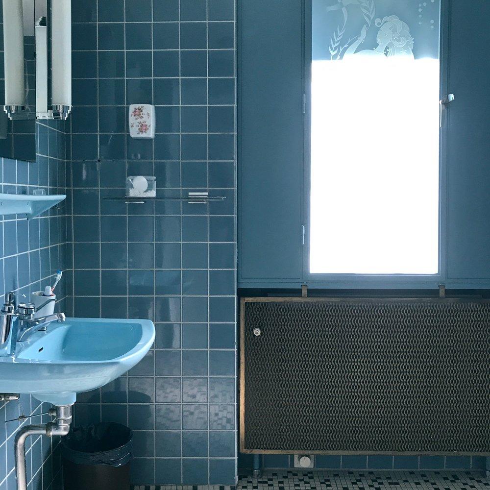 bluebathroom-bluetiles-50s-bathroom-blue
