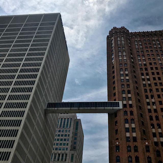 Brú milli húsa í Detroit _____ #detroit