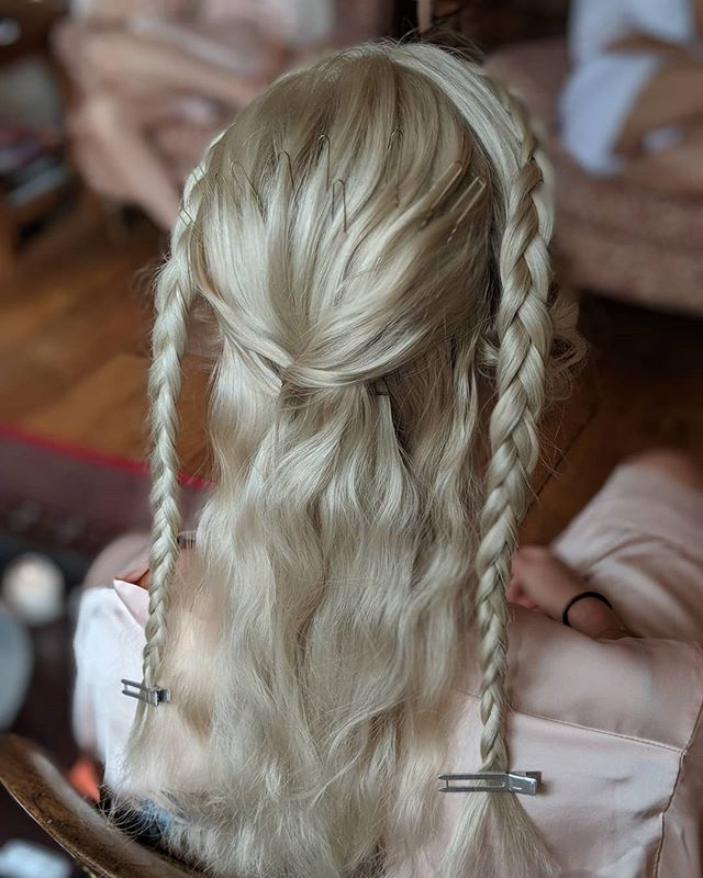 Pure KHALEESI Vibes ✌🏻 was refreshing to be asked to do something not particularly loose and wavy 〰️ This girl had a strong image and like I say when it comes to hair there is no right or wrong style - there is YOU ✨✨✨ As long as you do you babes, can't really go wrong 😎 . . First image is a lil #bts action mid-style. Second is the finished look 👑 . . . . . #beyourself #knowyourself #selfconfidence #youdoyou #slaygirlslay #khaleesihair #queen #braidedhairstyles #braidedbridesmaid #braidedbeauty #coolhairup #coolhairforcoolbrides #modernbrides #modernbridesmaids #herohairstylist #icyblonde #kentbrides #surreybride #sussexbride #weddingsuppliers #internationalweddinghair #internationalwedding #imgettingmarried #2018bride #2018wedding #2019bride #2019wedding #awesomehair #instabraid