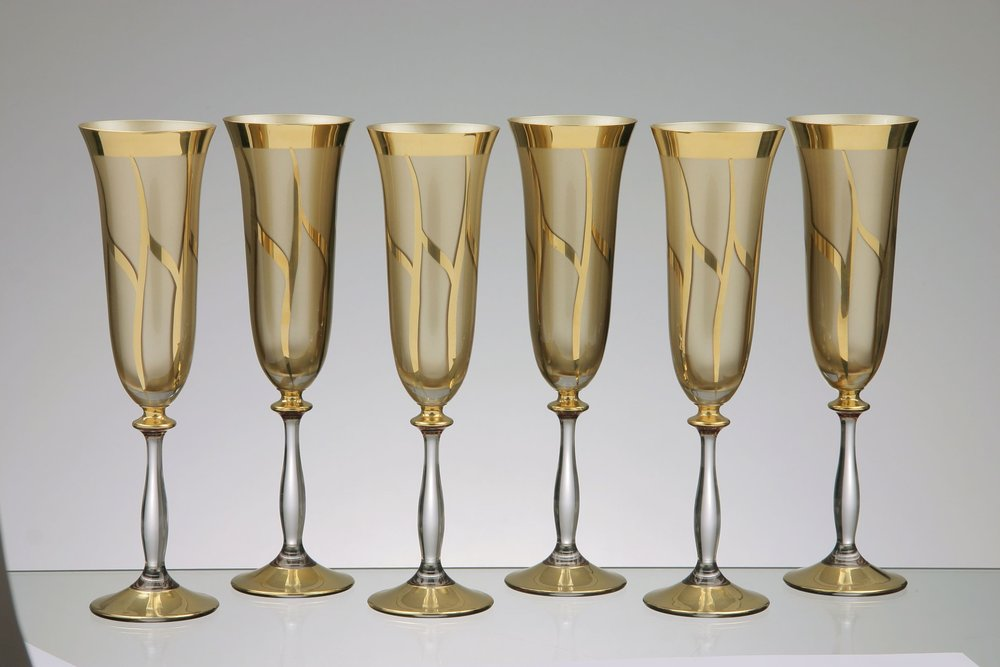 Set champagne glasses: the content of 180 ml