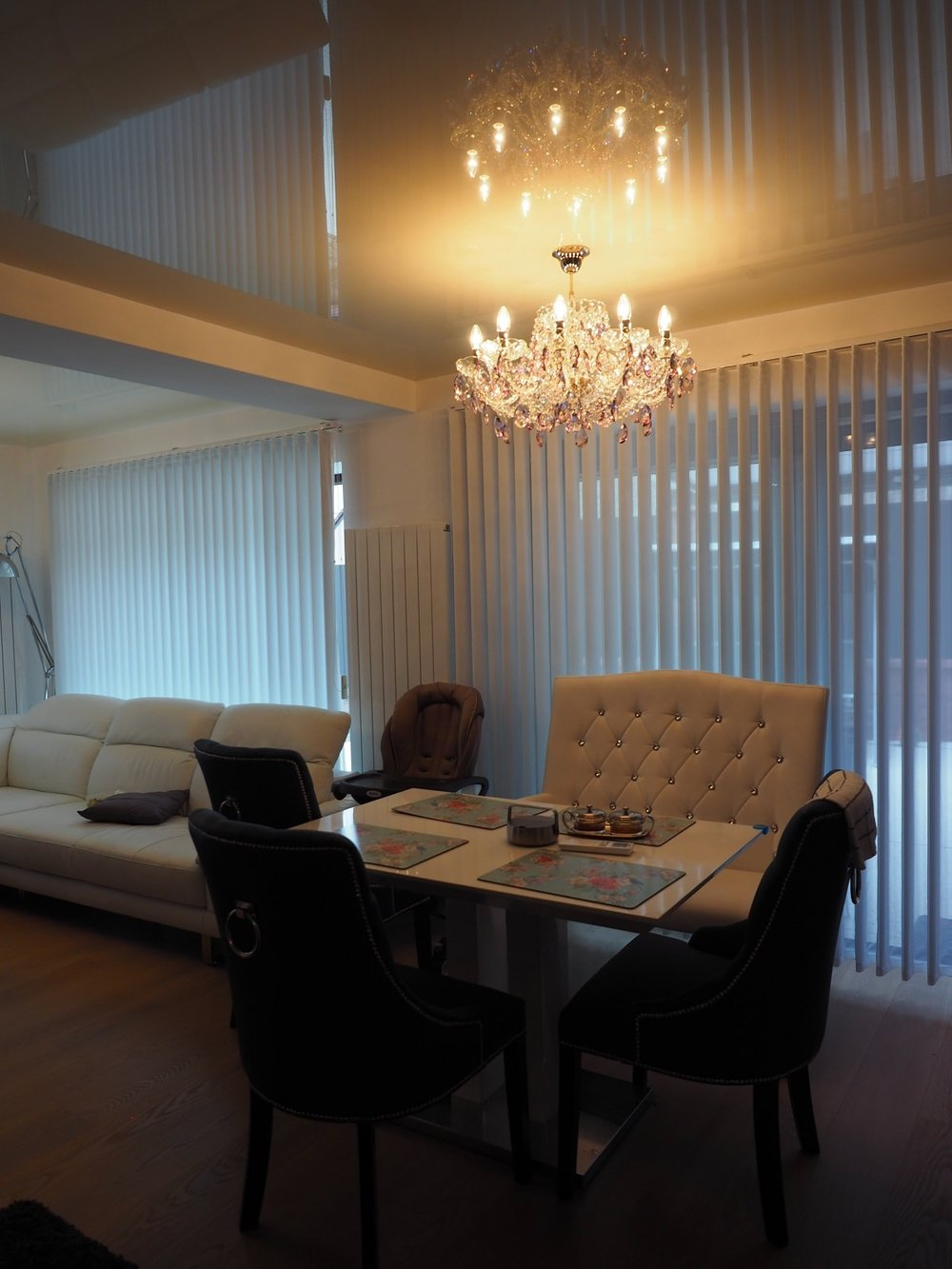 wranovsky_crystal_chandeliers_modern_villa_3.JPG