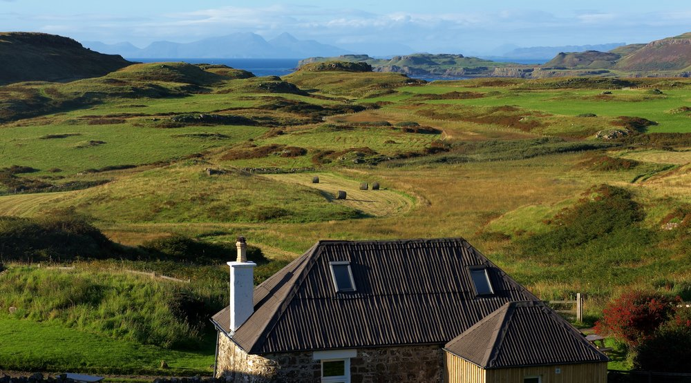 Traditional Blackhouse with stunning views across the field to Treshnish Point