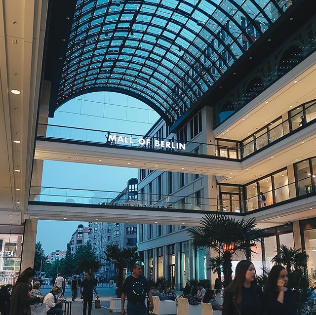 What a beautiful mall, amirite? 😍 . . . . .  #citybestpics #agameoftones #city_explore #illgrammers #thecreative #shotaward #seemycity #createcommune #citylimitless #icu_architecture #jj_architecture #creative_architecture #arkiromantix #tv_architectural #archimasters #excellent_structure #arquitecturamx #diagonal_symmetry #lookingup_architecture #unlimitedcities #ig_deutschland #diestadtberlin #berlinstagram #berlinstyle #ig_berlin #berlincalling #canonphotos #canoneos #canonrebel #canonphotographer