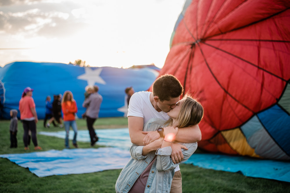Boise Wedding Photographer / Idaho engagement photographer / Cozy Posing / PNW Engagement / Idaho Engagement Session / Natural Couples Posing Ideas / hot air balloons / spirit of boise balloon classic / couples session / engagement session / couples Outfit Ideas / cute couples outfit / casual outfit / Summer couples session / aesthetic / adventure photography / boise couples photographer / SS Photography & Design / Sadie Shirts