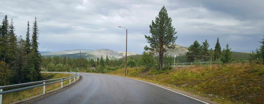 Tätä tietä olisi ihana saada ajaa omaan kotiin. (Maisematie)