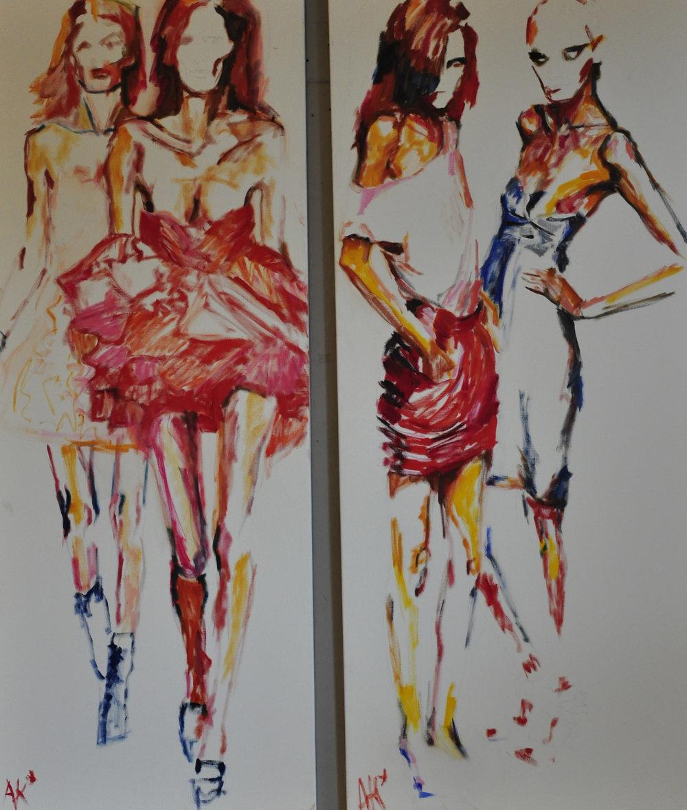 """Catwalk - Het thema van mijn nieuwe expositie is """"de catwalk"""". Met alles wat daarbij hoort: glamour maar ook zichzelf uithongerende modellen. Die op cocaïne , sla en pompoenpitten leven. Die watjes en zakdoekjes eten om een beetje een vol gevoel te hebben zodat ze in dat maatje zero blijven passen dat de ontwerpers hanteren. Deze modekeizers zien hun modellen vooral als KLEERHANGERS.Ik heb geprobeerd om dat superdunne, breekbare en kwetsbare van deze meisjes vast te leggen. Dat doe ik met zo weinig mogelijk """"taal"""": hologige, knokige meisjes die zichzelf nog o zo mooi vinden…""""Beauty is in the eye of the beholder."""""""