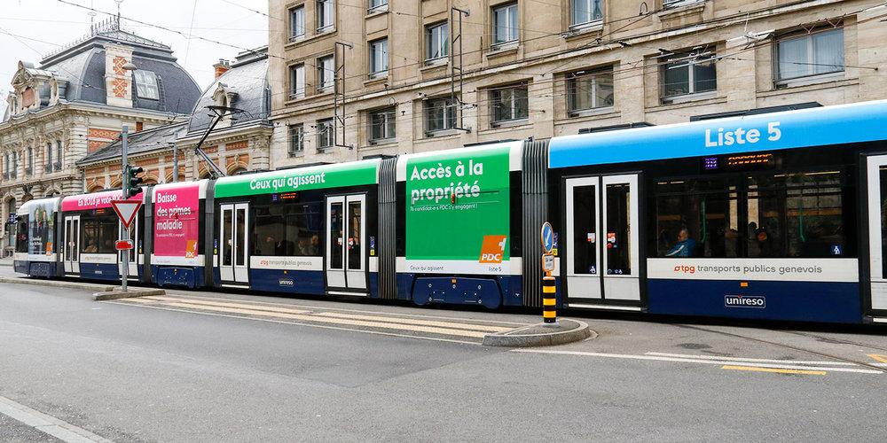 Tram TPG faisant figurer plusieurs affiches.