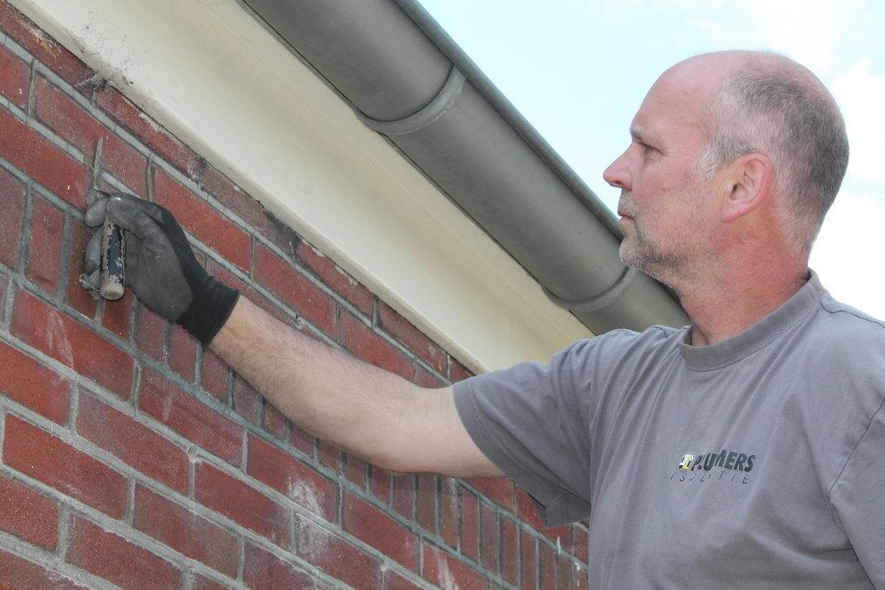 3. dichtvoegen - De gaatjes worden netjes afgewerkt met op kleurgebracht cement. Als het klaar is ziet u er niets meer van en onderhoud is niet nodig.