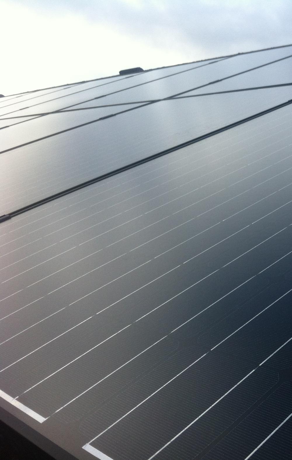 Voordelen - Er wordt steeds vaker gekozen voor zonnepanelen. U geniet van heel wat voordelen, zoals:Voordelen voor het milieu:✓ U wekt op een duurzame manier groene stroom op.✓ U draagt bij aan een verlaging van de CO2-uitstoot.Voordelen voor uw huis:✓ Uw woning stijgt gemiddeld met 5.000 euro in waarde.✓ Uw energielabel stijgt.Voordelen voor uw portemonnee:✓ Uw energierekening gaat omlaag.✓ Teveel opgewekte stroom levert u tegen een vergoeding terug aan uw energieleverancier.