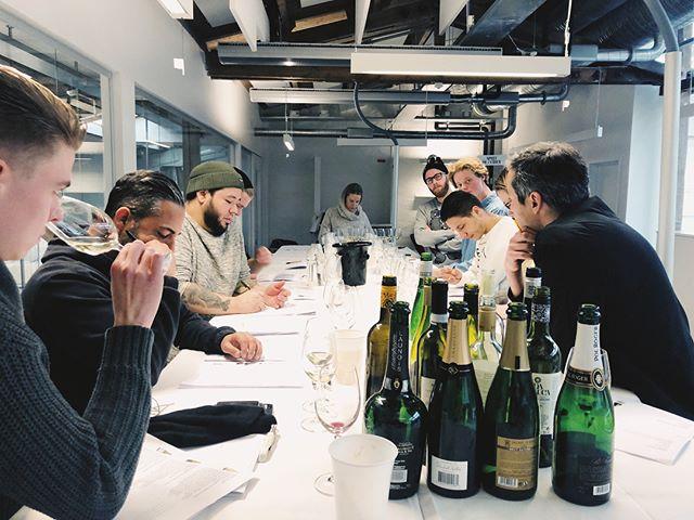 Vi provar igenom våra 30 viner på glas! 🍷 Kommer serveras på både #helglas och #halvglas  _______ #restaurangnabo #tegnergatan #stockholm #openingsoon