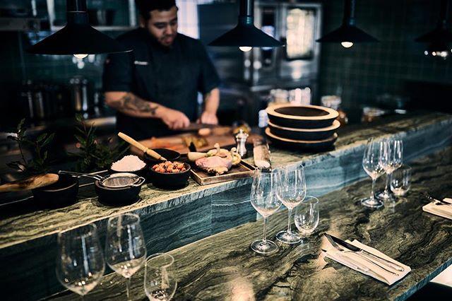 Vi är nabo - din gastronomiska granne ⠀ Hemma hos oss - precis intill Tegnérlunden - bjuder vi på kulinariska upplevelser som är lika inspirerade av den närliggande parkgrönskan som av storstadens pulserande sorl. ⠀ Vår matlagning genomsyras av ett nordiskt tänk med fokus på hållbarhet, ärlighet och enkelhet. ⠀ Råvarorna är nordiska men kan tillagas med tekniker och kryddsättningar från hela världen. Menyerna är säsongsbetonade med täta byten. Och på vår tavla hittar du våra dagsaktuella rätter. ⠀ Hjärtligt välkomna till oss! ⠀ #restaurangnabo #stockholm #tegnerlunden