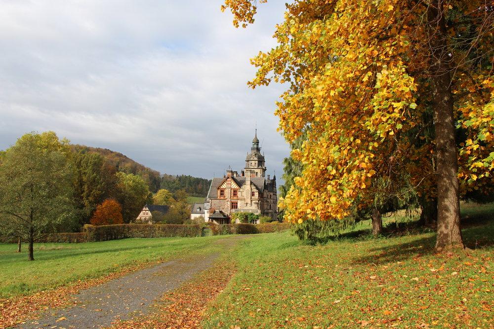 Herbststimmung im Park von Schloß Ramholz in Schlüchtern