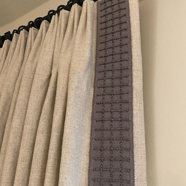 It's always fun to add some chunky trim to simple linen drapery panels......❤️❤️#customdrapery #customworkroom #itsallinthedetails #happycustomer