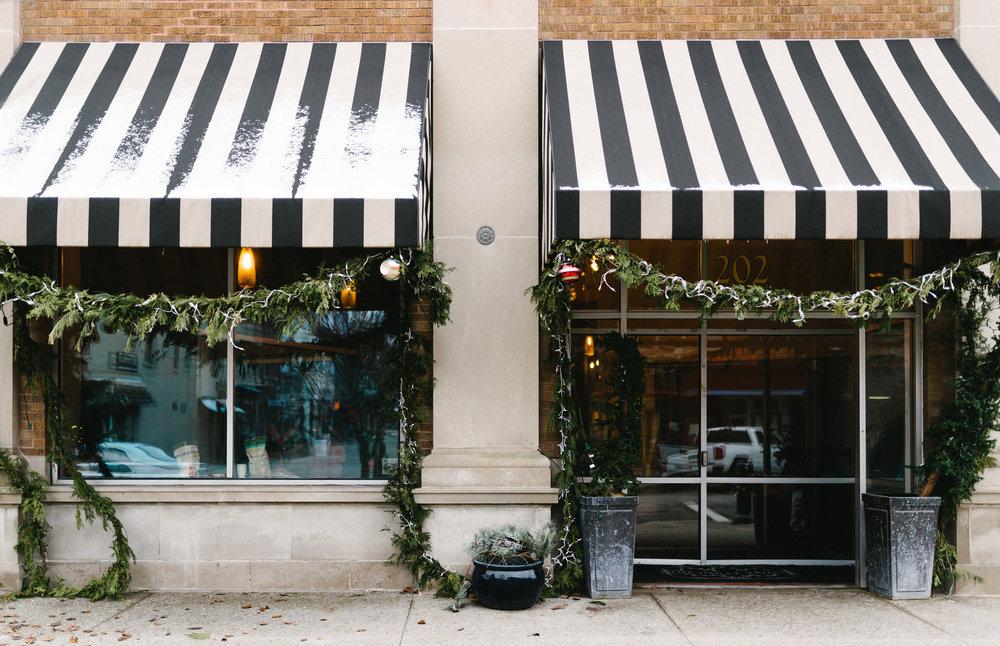 019-rempel-photography-chicago-wedding-inspiration-susan-daniel-michigan-metro-detroit-christian-church-holly-vault-cupcakes-and-kisses.jpg