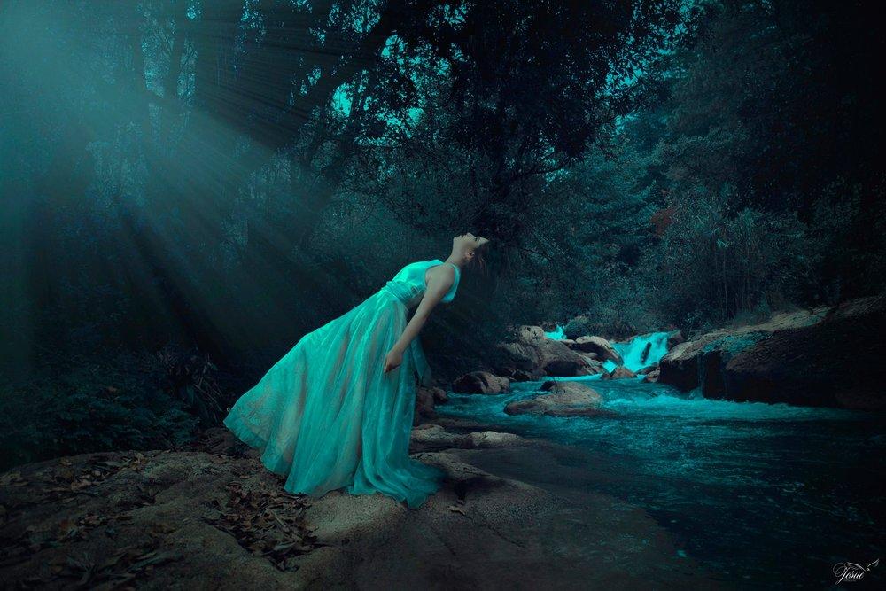 Josué Velasquez nos deja con esta imagen desde Guatemala, con esa entrada de luz y el momento precioso en el que no sabes si va a caer o flotar y la incertidumbre te atrapa. PODÉIS VERLA AQUÍ