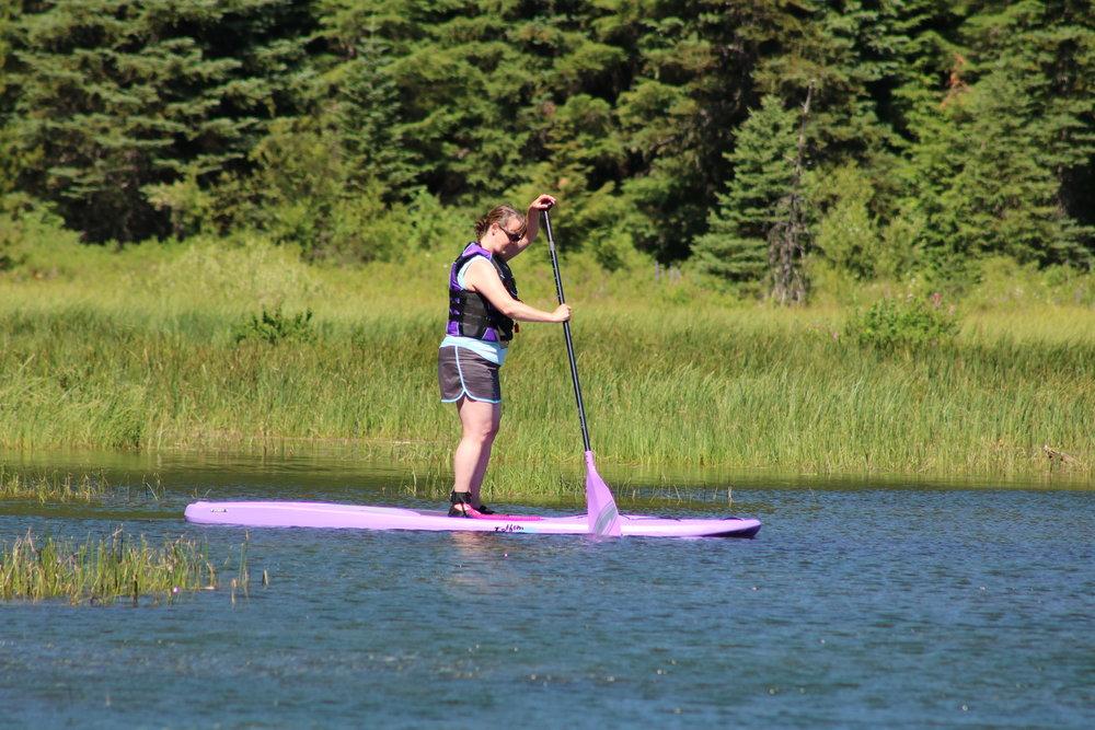 Solo necesitas el Paddle Board, un remo, un salvavidas y mucha concentración para no caerte.