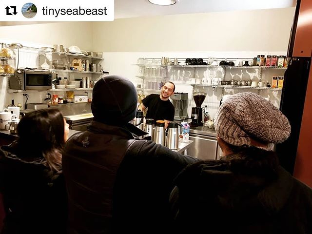 🖤 @bluelotusyogi and fam 😁  #Repost @tinyseabeast ・・・ the q's are the q-test. • • #community #kafeinfam #yogi #smile #joy #barista #visitors