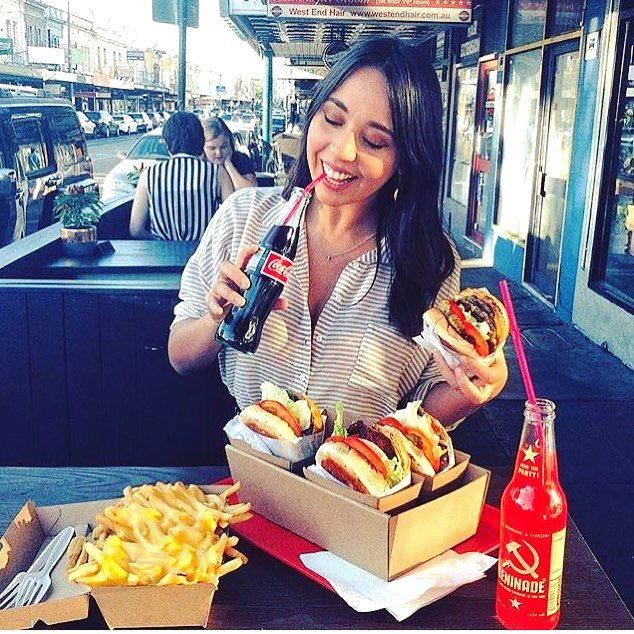 Make Thursday an exciting one with burgers and cheese fries from California Burgers!  #tb to @demikotsoris #eatinginstyle . 📍@californiaburgersmelb .  Tag your Burger peeps 👇🏻