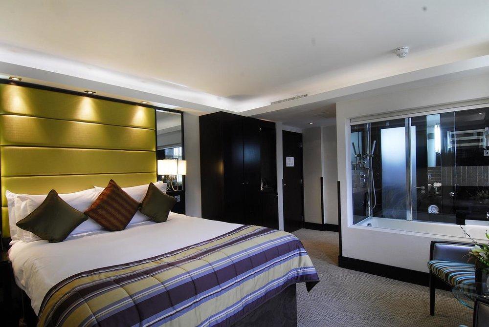 London City Suites - 42-46 Chiswell Street, City of London,London, EC1Y 4SB,United KingdomEste hotel de 5 estrellas está situado junto al Barbican, en el corazón de la ciudad, y ofrece habitaciones boutique con conexión WiFi gratuita y aire acondicionado. El London City Suites alberga un restaurante gourmet y un pub tradicional.Reservar ahora