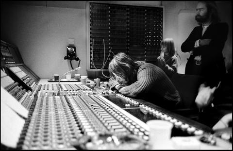 Charlas y talleres- Dentro de Abbey Road - Esta exposición gratuita es una colaboración entre los estudios Abbey Road y la reconocida fotógrafa de rock Jill Furmanovsky, quien observa el pasado y el presente de los icónicos estudios.Más información